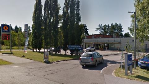 BEDRAGERI: Et at de ni bedrageriene skal ha skjedd ved denne bensinstasjonen på Gardermoen i 2017. Bensinstasjonen er senere nedlagt og revet. Skjermpdump: Google Street View