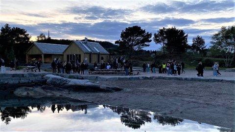 FEST: Over 100 ungdommar festa på Sørstrand laurdag og natt til søndag. Dette bildet er frå 16. mai i år.