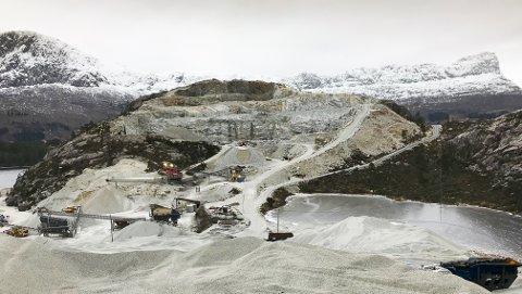 «LEVEGG»: Steibrotet ligg akkurat usynleg, sett frå Lifjorden (bak), på grunn av fjellveggen. No vil Veidekke ta ned høgste punkt på fjellet frå 130 til 50 meter over havet.