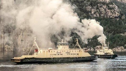RØYK UTAN ELD: Då det velta ut røyk frå ferja førre fredag, trudde både Fjord1 og at det var brann om bord. No viser det seg at røyken skuldast maskinhavari.