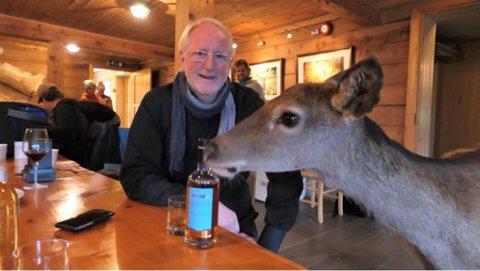 STOR INTERESSE: Eyvind Hellstrøm og kollega Truls Svendsen held fram rundreisa si i Norge der dei kombinerer humor og matlaging. Sist vekes episode inneheldt både jakt, møte med maskot Sigrun – og sjølvsagt matkonkurranse med hjorteråvara som Hellstrøm meiner held verdsklasse.