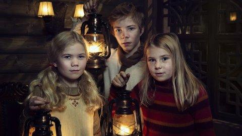 SNØFALL: I snøfall møter Selma (Siri Skjeggedal, t.h.) Frida (Charlotte Myrset) og Pil (Kevin Haugan).