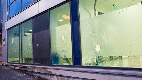 Hele seks vinduer var slått inn og knust, i NAV-bygget.