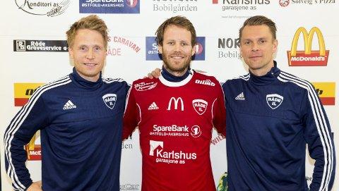 GÅR FOR OPPRYKK: Råde-trener Vidar Martinsen går for opprykk til 3. divisjon i år. Her sammen med sin kollega, Råde-trener Jon André Fredriksen og ringreven Simen Brenne. ARKIVFOTO