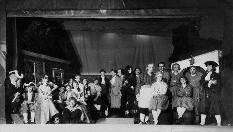 Første ensemblet: Her ser du alle skuespillerne samlet på Phønix' scene etter debuten 1932..
