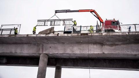 I disse dager jobbes det med utskifting av rekkeverk på Fredrikstadbrua.
