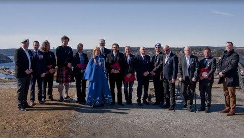 Dette er noen av veteranene som fikk medalje fredag. Fra venstre Tommy Olsen, Terje Ørås, Erik Zahl, Pål Hansen, Erik Sanengen, Inger-Lise Hansen, Gunnar Daae, Morten Øsli, Roger Magne Sivertsen, Ole-Christian Hunn, Svein Roald Schømer-Olsen, Eivind Kulo Edvardsen, Audun Grønvik, Espen Granat og  Stein Erik Dahl.