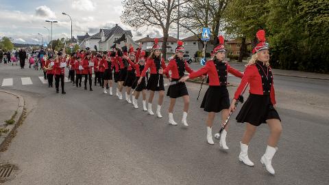 DRILLPIKER: Østre Fredrikstad skolekorps består av to avdelinger - musikktroppen og drilltroppen. Sistnevnte ledet øvelsesmarsjen mandag kveld i Kongstens gater.
