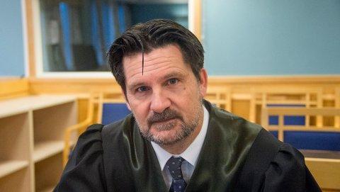 Forsvarer Torgeir Røinås Pedersen er sterkt kritisk til politiet etter at hans 17 år gamle klient ble frifunnet for grove trusler om skoleskyting mot en Fredrikstad-skole.