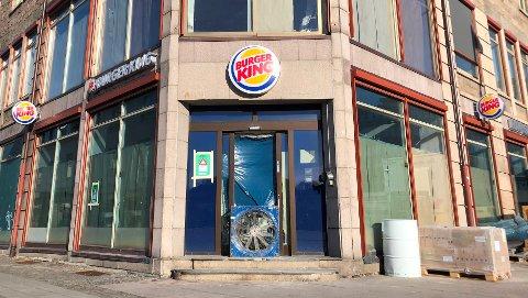 TAR FORM: Gråpapir dekker fortsatt vinduene, innenfor mangler fortsatt mye før alt er på plass i den nye Burger King.