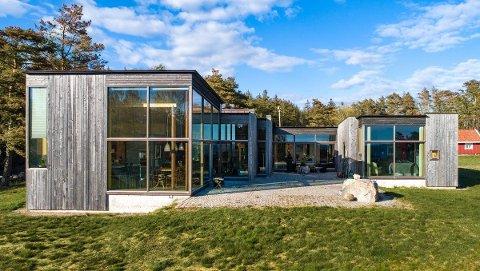 Huset er tegnet av arkitekten Stein Halvorsen og har  store vindusflater med utsikt rett til havs.  Legg  merke til alle vinklene med vinduer,  som gir mer utsikt og lys i rommene.  Innvendig er huset et studium i hvordan man kan kombinere nytt og gammelt.
