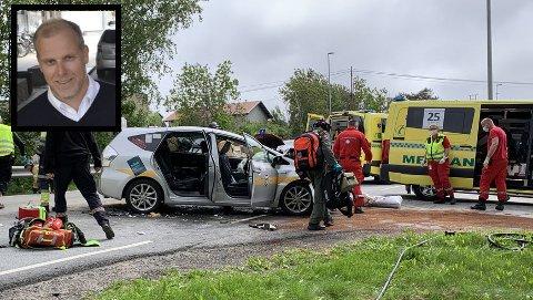 To biler, deriblant en drosje fra Taxisentralen AS hvor Stian Engaug (innfelt) er sjef, frontkolliderte mandag ettermiddag etter at en av bilene kom over i feil kjørebane. Hvalerveien var stengt i begge retninger i en time og 45 minutter mens redningsmannskapene jobbet på stedet.