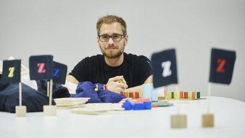 BRETTSPILL: Joakim Arnøy var skeptisk til brettspill. Men nå har han og Narviksenteret vært med å utvikle to brettspill. Et om økonomistyring, og et om konflikt på global skala. Alle foto: Kristoffer Klem Bergersen