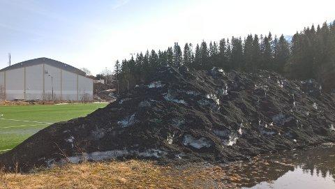 Flere har de siste dagene reagert på at miljøfarlige gummikuler ligger ute på Jaklamyra og i slråninga bak stadion.