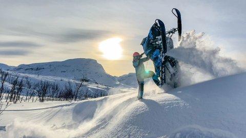 SCOOTERDILLA: Marlene Føre Frantzen har i mange år hatt lidenskap for snøscooter, og har nesten 10.000 følgere på Instagram. Nå har hun etablert et selskap som skal selge bilder og film til scooterbransjen