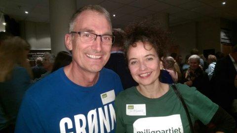 OPTIMISTER: Harald Moskvil og Jennifer McConachie fra MdG har absolutt ikke gitt opp. De setter sin lit til stemmene fra de store byene. (Foto: Privat)
