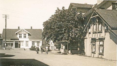 Fra Thaulows plass med Victoria Hotel til høyre og Them Engers forretning til venstre på slutten av 1930-tallet. Legg merke til butikken under verandaen i forretningsgården, her lå Snekkestads kjøttforretning drevet av Magnar Stenersen.