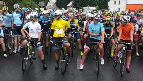 I HVITT: Ingvild Gåskjenn (t.v.) med den hvite ungdomstrøyen før starten på den andre etappen av det tsjekkiske rittet.
