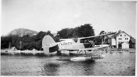 Fly på Edlandsvatnet 1937, til høyre den gamle bruksskolen der bedehuset ligger i dag.