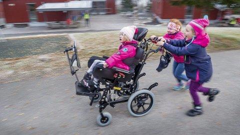 FULL FART: Friminuttene på Marikollen skole er action-tid. Her er Mirabelle på tur med venninnene HIlja Noer-Johan     sen  og Astrid Snare Bakke.
