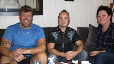 FIKK HJELP I TIDE: Andreas Oulie (i midten) fikk den hjelpen han trengte av barnevernet selv om det var                                           utenom kontortid. Nå ber han kommunene om å finne en løsning for barnevernsvakt på kveld og helg i glåmdalsdistriktet. Fosterforeldrene Jan og Christin Ødegården er helt enige. FOTO: PER HÅKON PETTERSEN