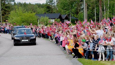 KONGELIG KORTESJE: Kongen og dronningen er nå på vei til Kongsvinger.