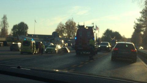 Tre biler var involvert i en trafikkulykke på E 16 ved Sanngrund søndag ettermiddag.