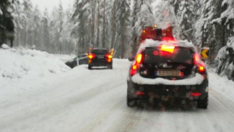 FRANZBRÅTABERGET: Når snøen kommer blir det vanskelig for de store, tunge lastebilene å takle Franzbråtaberget. I morgentimene i dag kjørte en personbil av veien for å unngå å kræsje med en lastebil. FOTO: Åsmund Skasdammen