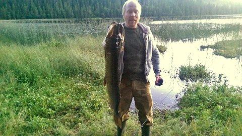 VINNER: Bernt Åge Jørstad tok denne ruggen av en gjedde på 6,640 kilo på Jørstadhøgda i forrige uke. Det sikret ham premie i GDs fiskekonkuranse.Foto: Privat