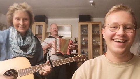 – Når jeg ber opp til dans er mor og far klare, sier frilansmusiker Egil Andreas Skurdal og fikk med mor Marit og far Erling på en video fra stua hjemme, siden alle måtte sitte inne i helga.