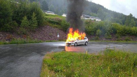 BILBRANN: Motorrommet stod i full fyr da føreren fikk stoppet bilen.