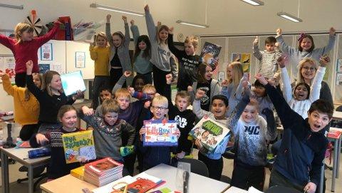 PREMIER: Fornøyde elever og lærere i 3 klasse på Trintom Skole etter utdelingen av premier.