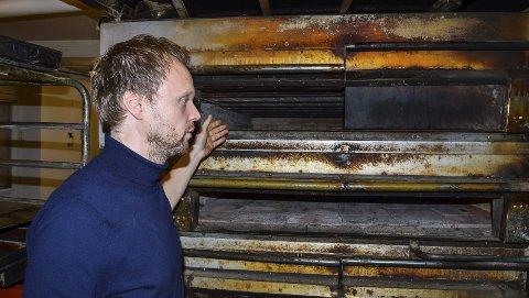 GAMMEL OVN: I denne gamle stenovnen stekes brødene hos Motz. Espen Halkjær er e håndverksbaker som gjør det på gamlemåten.