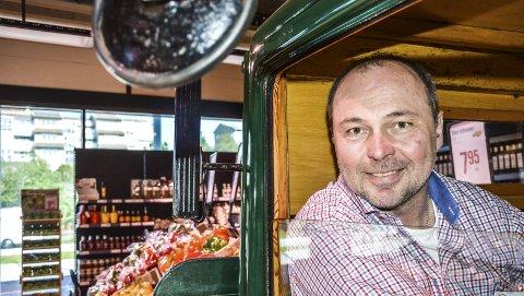 «MR. GRENSEHANDEL»: Thore Malmquist har jobbet med grensehandel så å si i hele sitt arbeidsliv. Nå er han butikksjef i «Strömstad Mat».