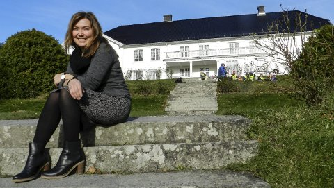 Kjenner på ansvaret: Lillian Nybiorg er oppriktig glad i alt Halden historiske Samlinger forvalter. For eksempel Rød Herregård. – men jeg kjenner også på ansvaret, sier hun.
