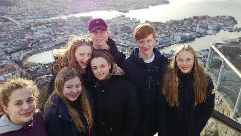 Lokale svømmere i Bergen. Fra venstre Nora Misund, Thea Aksmo Svendsby, Synne Lauritzen, Aurura Oseland, Christer Melberg, Mikkel Svendsen og Thyra Haugland Halvorsen.