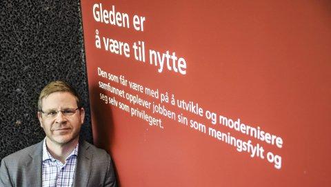 MANTRA: Skriften på veggen på vei opp til HAs lokaler traff Kent-Arne Andreassen midt i magen. – Det er akkurat sånn jeg ønsker å framstå som leder, sier han. I januar begynner han som kommunalsjef for undervisning, oppvekst og kultur i Halden kommune.