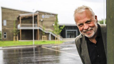 Stolt: – jeg er oppriktig stolt av den nye Kongeveien skole. Det er rammene for den daglige driften som gjør at jeg har sagt opp rektorstillingen min, sier Jostein Stø.