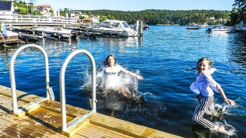 TO BADEENGLER: Ingrid Bjørnstad (tv) og Alva Vitaza hopper i det. Dette er et arkivbilde.