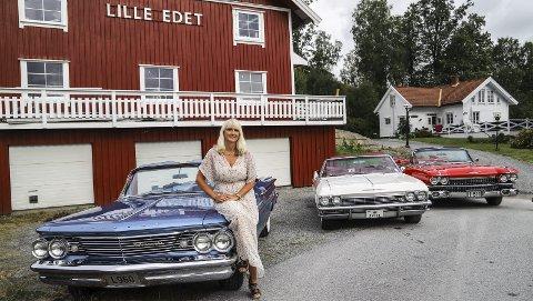 Luftetur: Lena Karlsen viser fram tre av familiens ti biler. De skal alle vises fram under Grensetreffet. Fra venstre: En `60 Pontiac Bonneville, en `65 Chevrolet Impala (hennes favorittbil) og det enorme flaket `59 Cadillac Eldorado Biarritz.