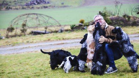 Det gode liv: Tormod Bakke Johnsen elsker livet på Stegerød gård i Enningdalen. Her lever han i naturen med seks hester og ti livsglade Cocker Spaniels.