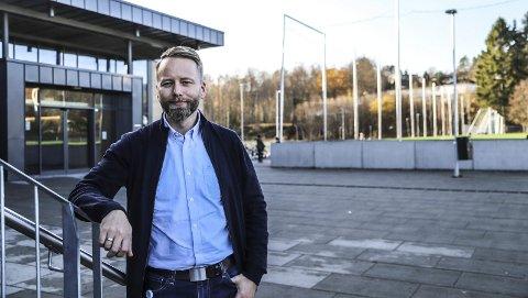 HELT KONGE!: Arne Sandnes Larsen synes det er helt konge å være rektor ved Kongeveien skole. Og snart blir hele familien samlet i Halden.