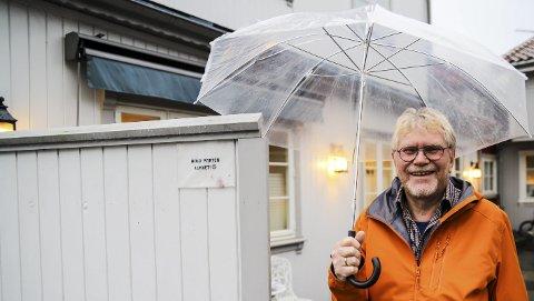 Mener mye: Olav Kolstad elsker å prate og diskutere med andre. – Jeg mener mye om mye. Det gir livet verdi, smiler den engasjerte 74-åringen. Han bor alene i en leilighet i tilknytning til huset sønnen Eivind og hans familie har. – Dette er rene generasjonsboligen. Vi har nærmest bygget huset opp på nytt, forteller han.