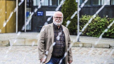 FORNØYD: Halvard Bø synes han har hatt en privilegert og god yrkeskarriere. Han er glad for at tilfeldighetene førte familien til Halden for 19 år siden. Her skal han og kona Åshild fremdeles bo når også han nå blir pensjonist fra 1. august. Det gleder han seg til. Her fotografert ved fontena på Wiels Plass.