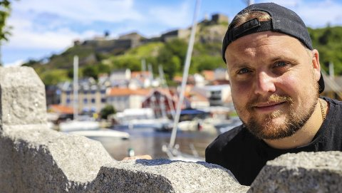 Halden: Stian Thorbjørnsen har et sterkt og godt forhold til Halden. Han bodde her mellom 2004 og 2008. Han jobbet blant annet på Esso Busterud, i Radio Prime og på Weng, spilte innebandy og var trener for alle aldersbestemte lag i klubben. Han har gravert inn «Halden 2 forever» på rumpa.