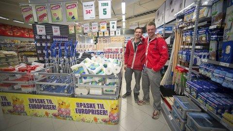 ÅPNET 1: – Nå kan kundene bare komme, sier Jan Roger Viken og Tony Henriksen hos Europris. Begge foto: Jo E. Brenden