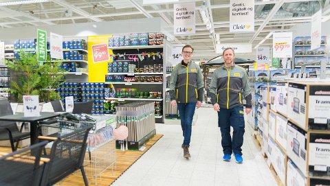 ÅPNET DØRENE:Daglig leder i Rusta Norge, Erlend Kramer, og Hamar-varehussjef Ole-Jonny Høiset gleder seg over at Rusta er i gang.