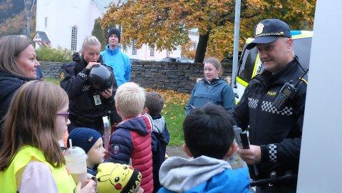 Slik så det ut under oktoberarrangementet i fjor. Politiet var tilstede og delte ut ballonger og andre fikse gjenstander til barna.  Også russen deltok. I år blir det blant annet diskotek med egen DJ under teltduken.