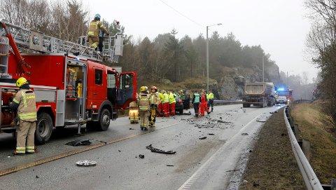 En person omkom i en trafikkulykke like før tunnelen på fylkesveg 47 ved Eide.
