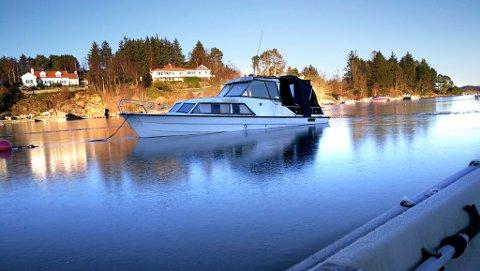 HOLDT OPPE AV ISEN: Dette bildet ble tatt lørdag. Søndag lå fritidsbåten på fem-seks meters dyp.